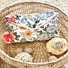 Un joli tapis à langer «fleur vintage» Disponible sur mon site de maintenant 💛🧡💛🧡💛💛 • • • #tapisalanger #babyaccessories #accessoirebebe #pourbebe #listedenaissance #cadeaudenaissance #babyshower #enceinte #femmeenceinte #faitmain #9mois #mumtobe #cadeaubebe