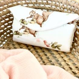 Bonjour, Un joli tapis à langer est disponible sur mon site internet 🐿 • • • #tapisalanger #accessoirebebe #pourbebe #babygift #faitmain #grossesse #pregnant #listedenaissance #babyshower #futuremaman #9mois #maternité