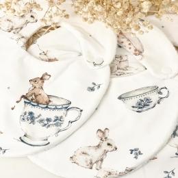 Les bavoirs «tea time» bientôt sur mon site. Vous étiez très efficace ce matin pour commander les couvertures «arc-en-ciel vintage» 😅😅😅 meeeerci 🧡 • • • #bavoir #bebe #accessoirebebe #repasbebe #lapin #grossesse #valisedematernite #maternité #mumtobe #futuremaman #listedenaissance #cadeaudenaissance #babyshower #babygirl #babyboy
