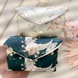 Et voilà la famille 🌸🌸🌸«fleur&coton&lune» s'agrandit aux nouveaux produits et aussi un nouveau fond - bleu marine rétro (d'ailleurs magnifique 🤩) Les couvertures avec cette nouvelle couleur arrivent prochainement. • • • #tapisnomade #tapisalanger #fleurs #accessoirebebe #cadeaubebe #listedenaissance #babyshower #pourbebe #mybaby #faitmain #mumtobe