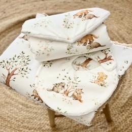 """Un joli kit de naissance """"les copains"""" en ligne. Il se compose d'une couverture, un bavoir et un tapis à langer 😍😍😍 • • • #couverturebebe #kitdenaissance #cadeaudenaissance #castor #renard #tissu #maternité #babyshower #pourbebe #bavoir #bebe #chambrebebe"""