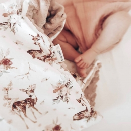 J'adore vos retours!!! Merci de m'envoyer vos photos, ça me fait beaucoup plaisir et ça me motive🧡🧡🧡 Photo @melissa_daigre  Ces petites jambes sont à craquer 🥰😱😘 Ce samedi je vais vous présenter une jolie couverture arc-en-ciel vintage. Mon tissu baleine en modèle déposé ne devrait pas tarder. De nouveaux modèles de @toutdouxdola sont en préparation, restez connectés !!! • • • #couverturebebe #babyblanket #accessoirebebe #chambrebebe #grossesse #futuremaman #pregnant #listedenaissance #cadeaudenaissance #pourbebe #bapteme #babyroom #faitmain #ideecadeaubebe #creationbebe
